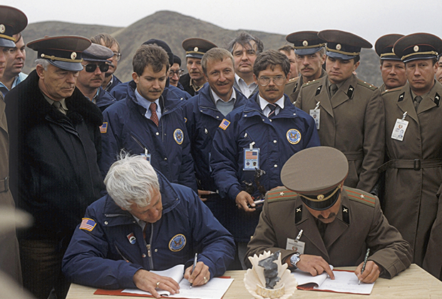 Америкалық және кеңестік әскерилер жою актісіне қол қоюда