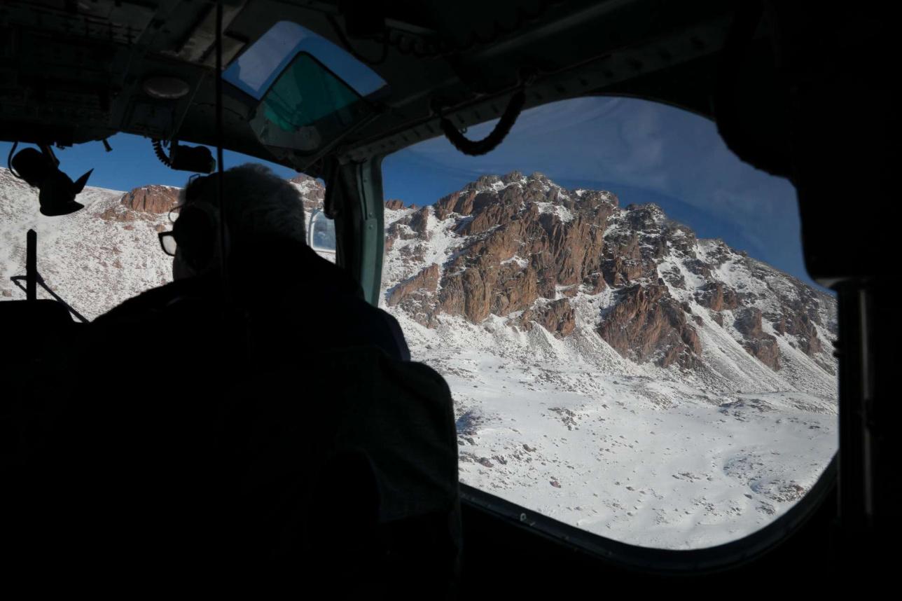 Вид из кабинки пилота вертолёта во время облёта гор