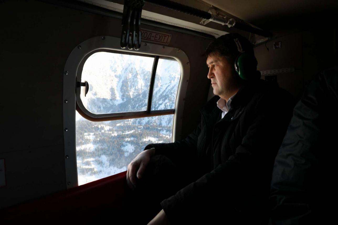 Еркин Ахметов наблюдает за моренными озёрами во время облёта