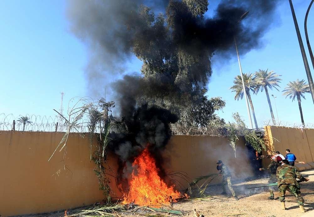 Демонстранты устроили поджоги у посольства