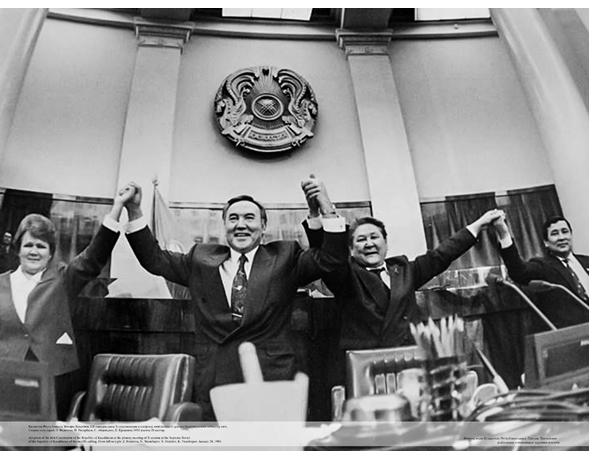 Нурсултан назарбаев и Серикболсын Абдильдин на принятии Конституции РК в 1993 году