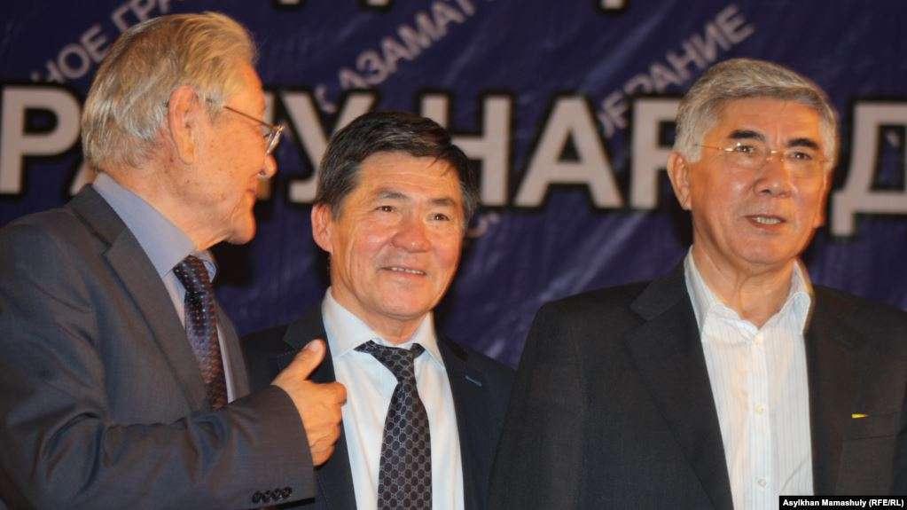 Серикболсын Абдильдин (слева) - бывший лидер Коммунистической партии Казахстана, Оразалы Сабден (в центре), президент Союза ученых Казахстана, и Жармахан Туякбай, лидер Общенациональной социал-демократической партии, на Общенациональном гражданском собрании