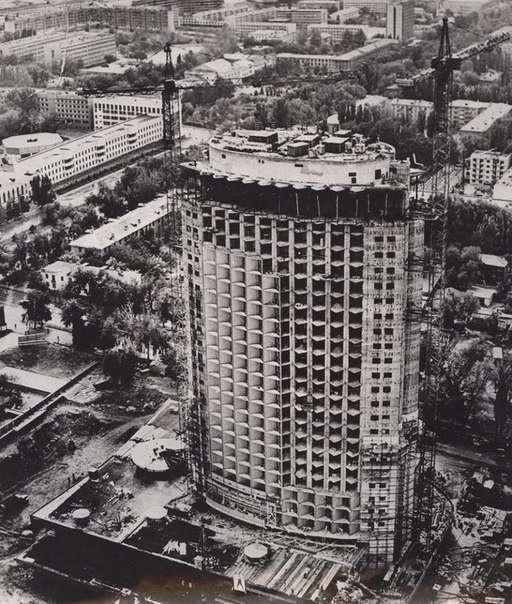 """""""Қазақстан"""" қонақ үйі 1975-1977 жылдары салынған. 26 қабат және 102 метр биіктігі бар"""
