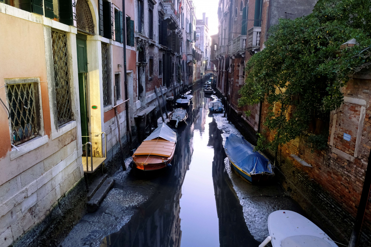 Вид на пересохший канал в Венеции