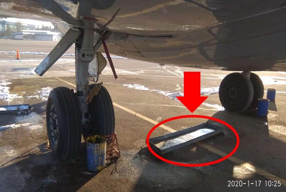 Таз под двигателем самолёта