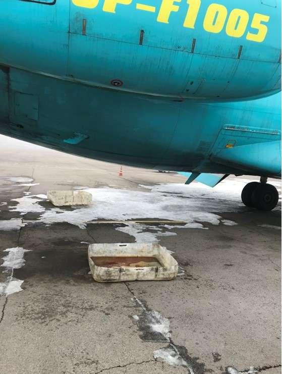 Масло с двигателей самолёта стекает в тазы