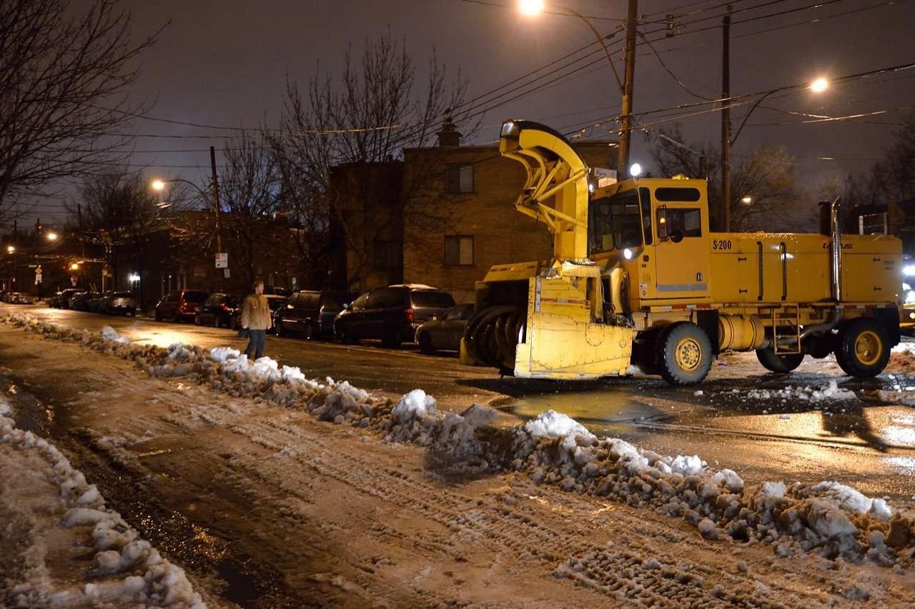 Уборка снега в Монреале. Машины припаркованы только с одной стороны