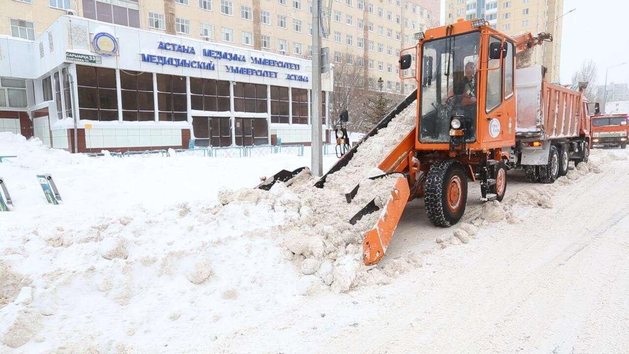 Снежные заторы после бурана в Нур-Султане