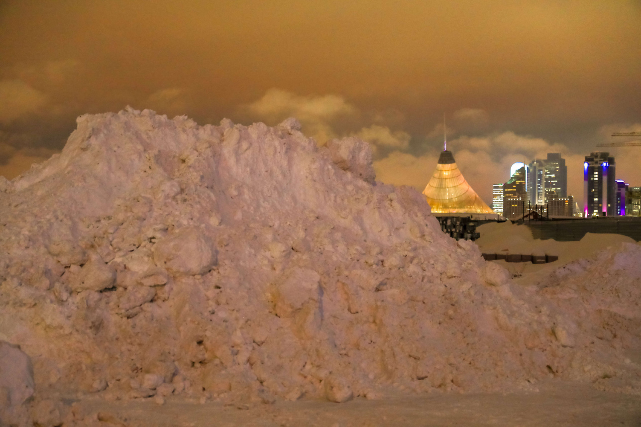Горы снега - атрибут аномальной зимы в Нур-Султане