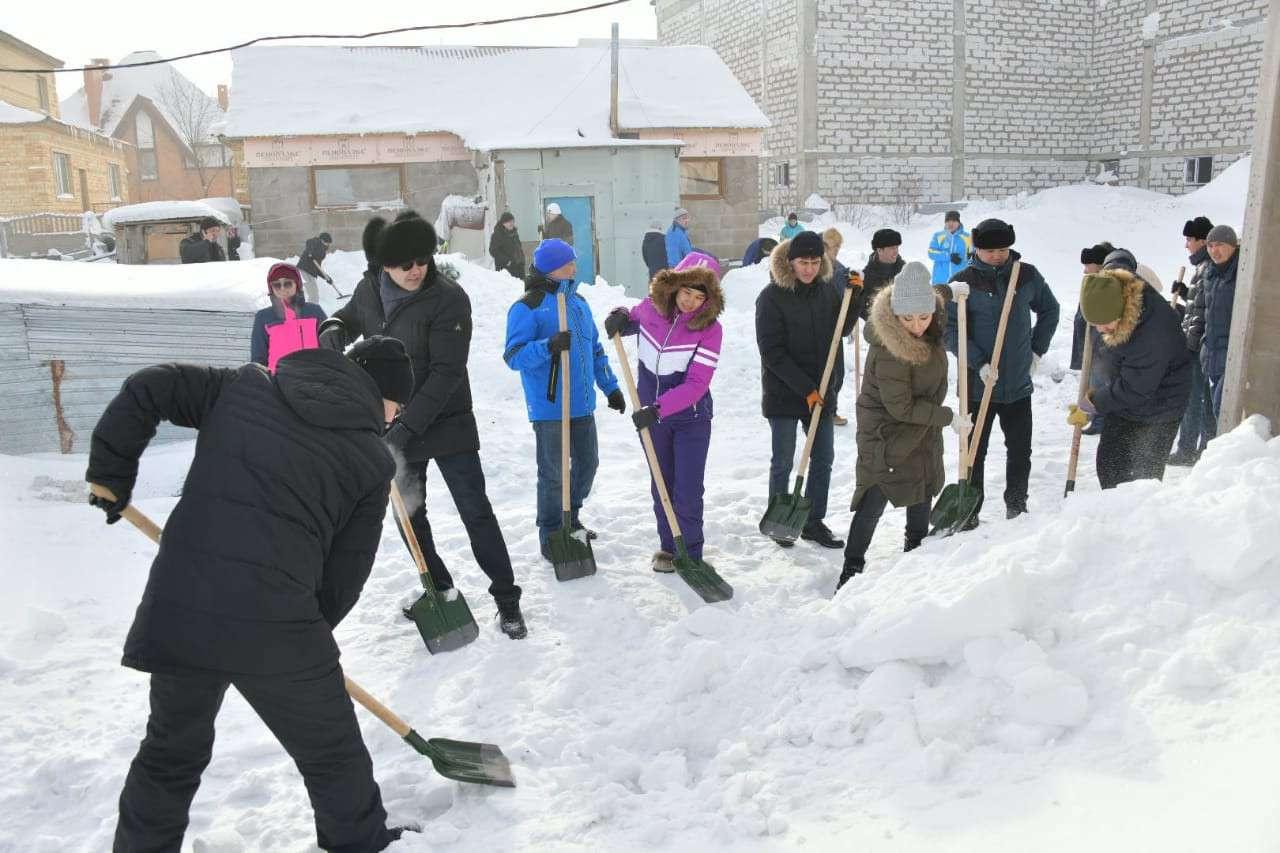 Жители Нур-Султана вышли на субботник по уборке снега