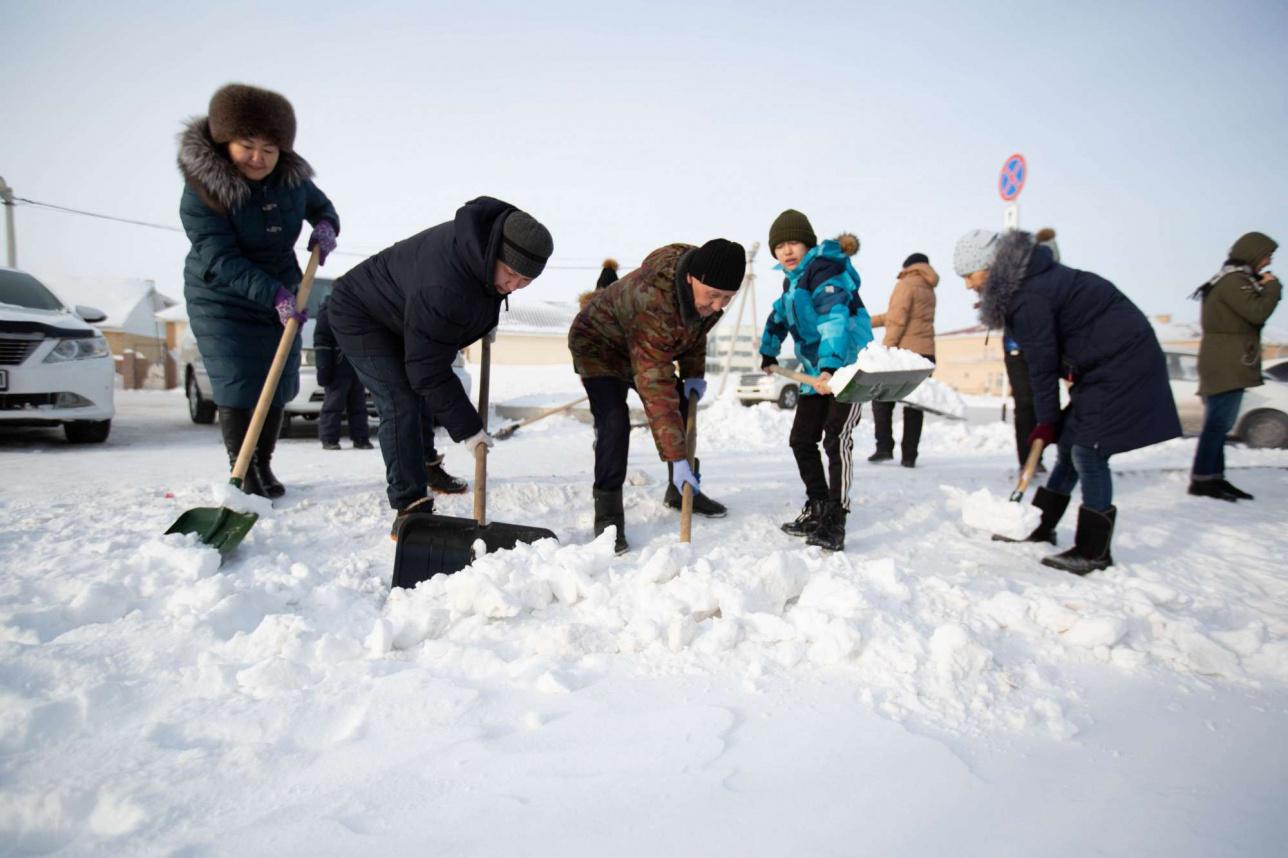 Горожане убирают снег с тротуаров