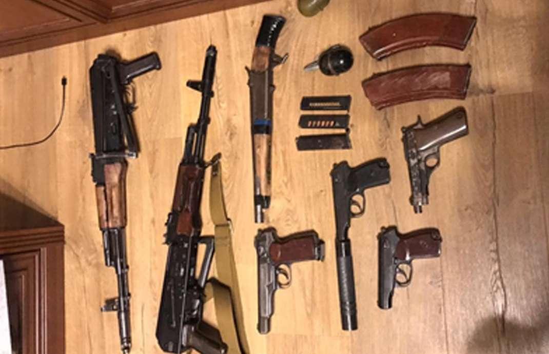 Дома у задержанных нашли оружие