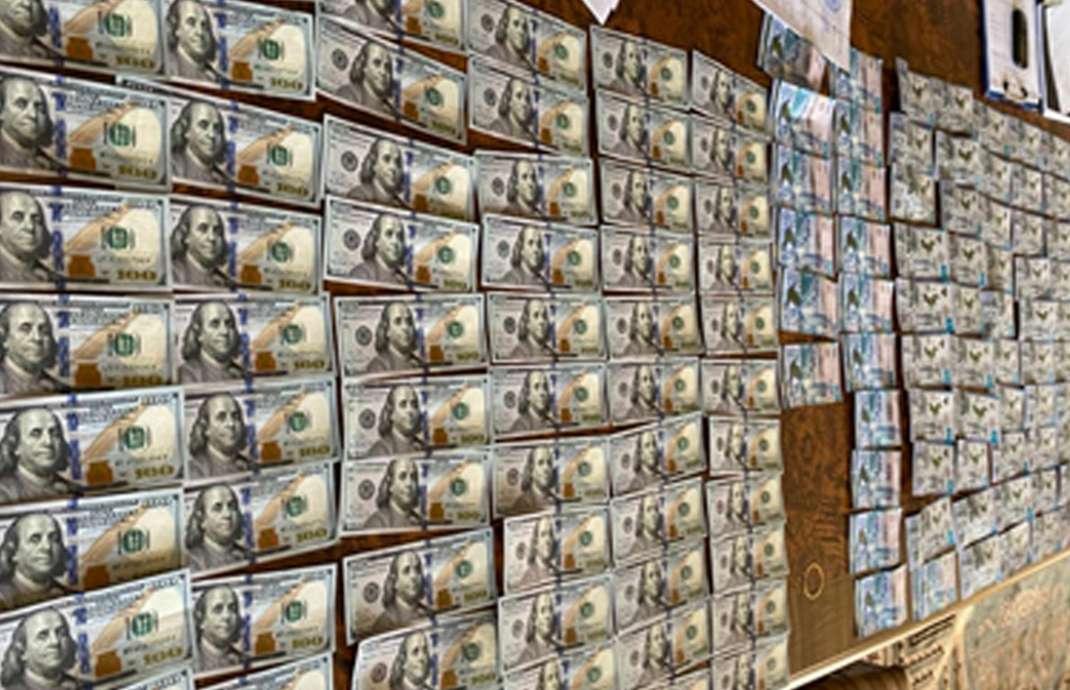 Во время обысков также изъяли крупную сумму денег