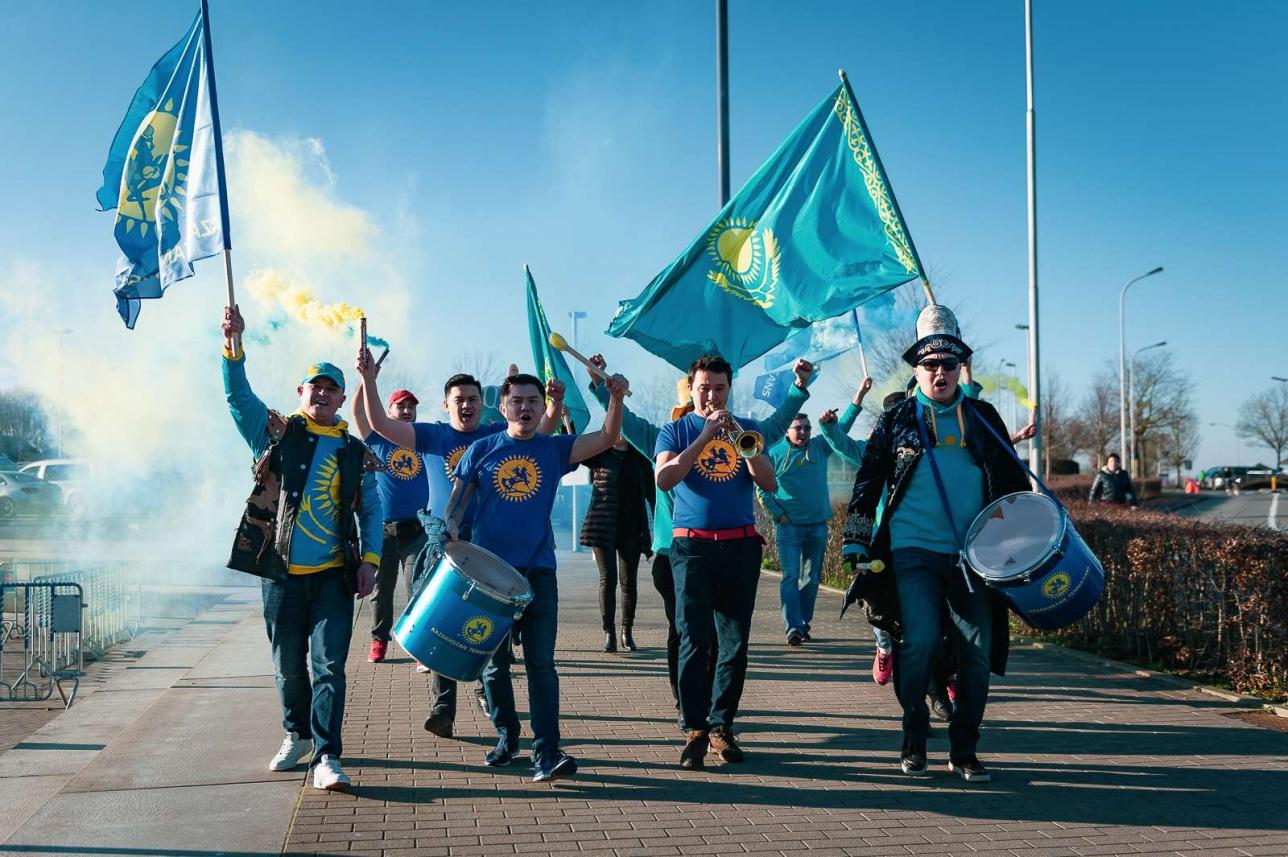 Казахстанские болельщики как всегда эффектно появились на территории SC Lange Munte