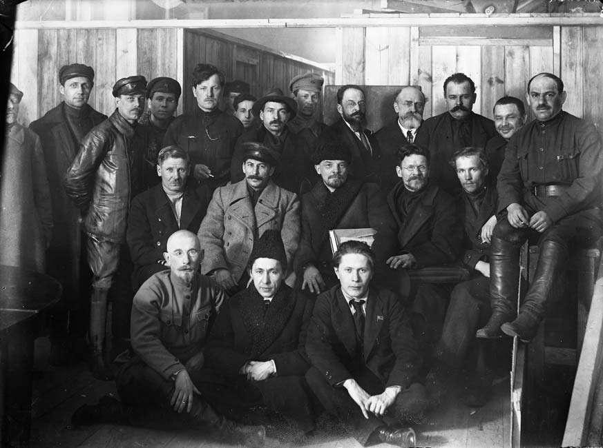 В.И. Ленин среди делегатов VIII Всероссийского съезда РКП(б) в Кремле (в центре Калинин, Сталин, Ленин)