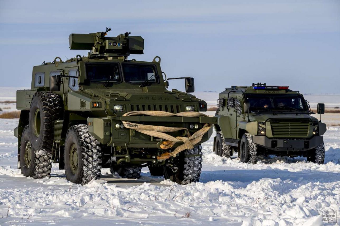 На полигон для испытаний бронеавтомобили прибывают своим ходим из столицы
