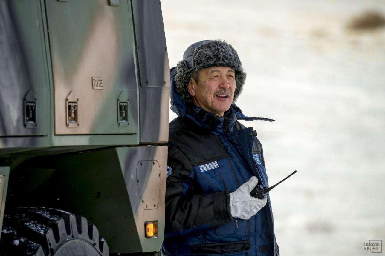"""Руководитель испытательной программы наблюдает за действиями экипажа БКМ """"Арлан"""""""