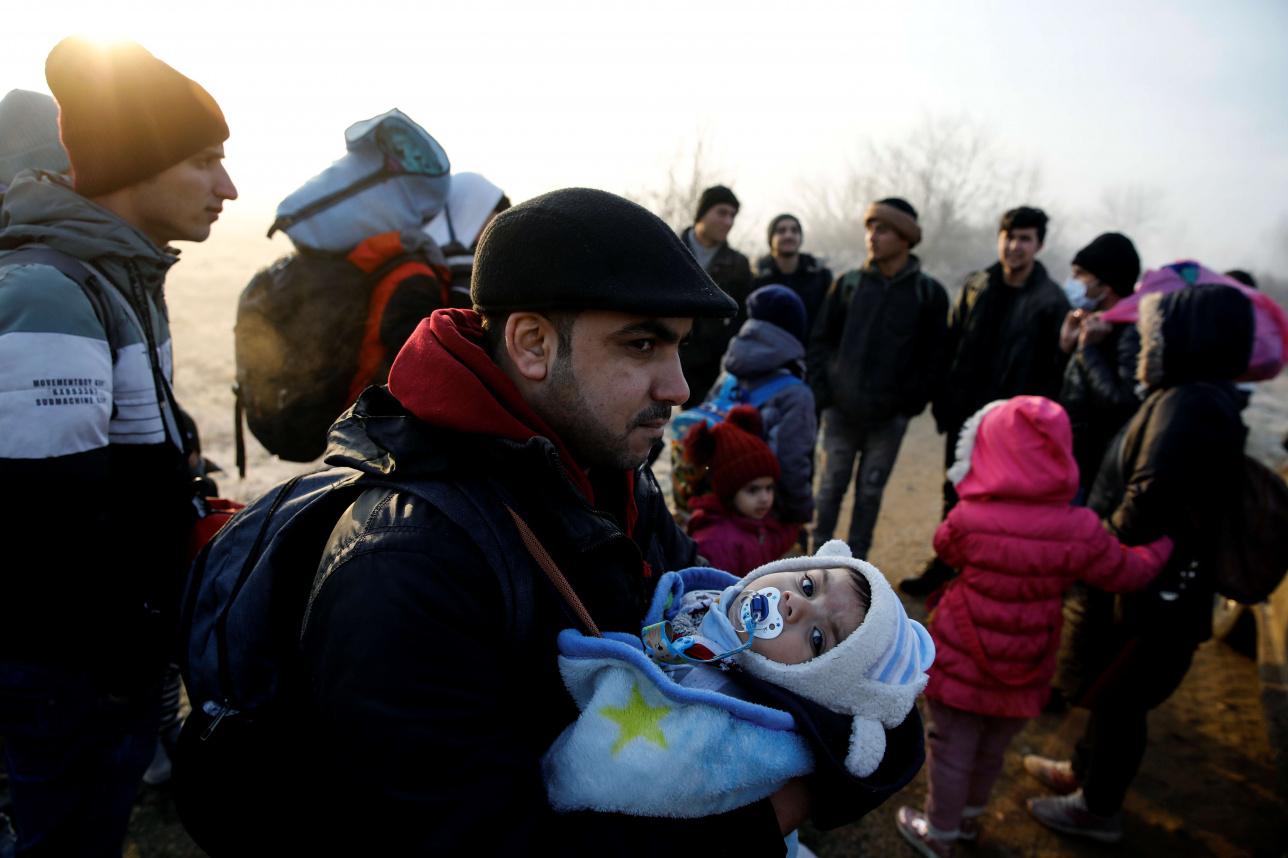Мигранты идут вдоль реки Эврос, чтобы добраться до Греции