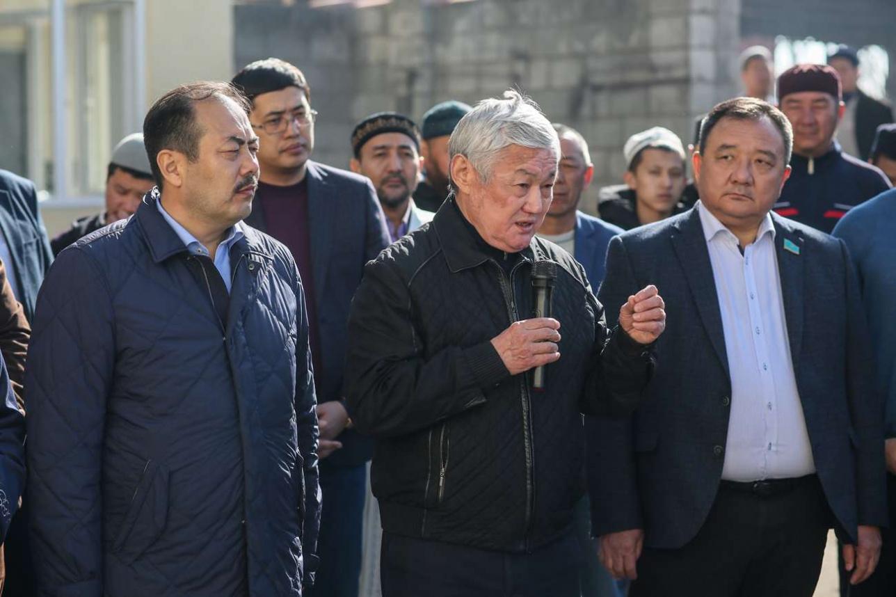 Аким Жамбылской области Бердыбек Сапарбаев на встрече с жителями посёлка
