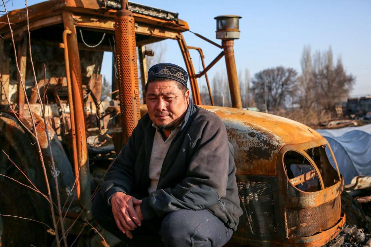 Идрис Хуров у сгоревшего трактора
