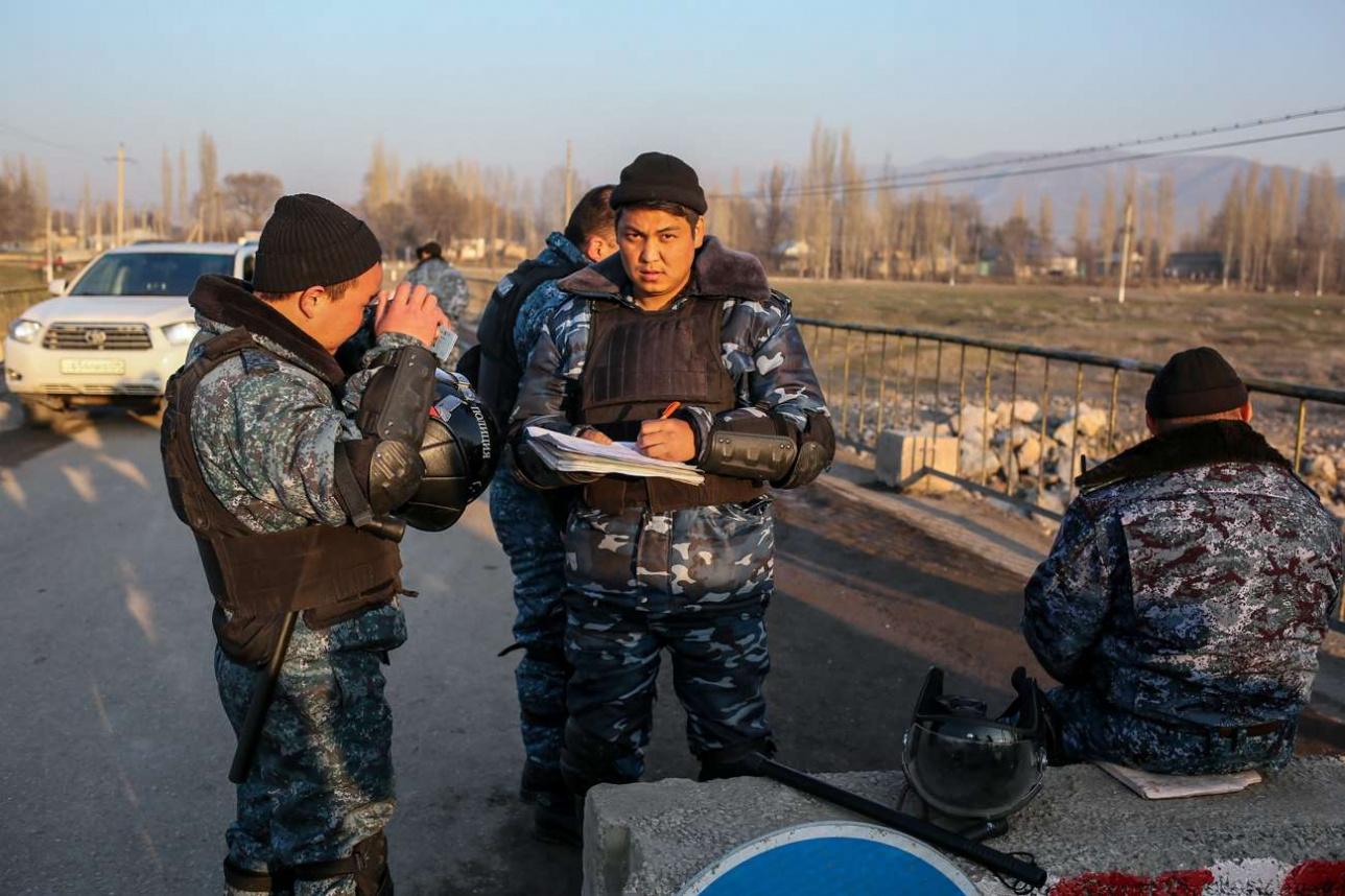 Блок-пост охраняют бойцы СОБРа в полной экипировке