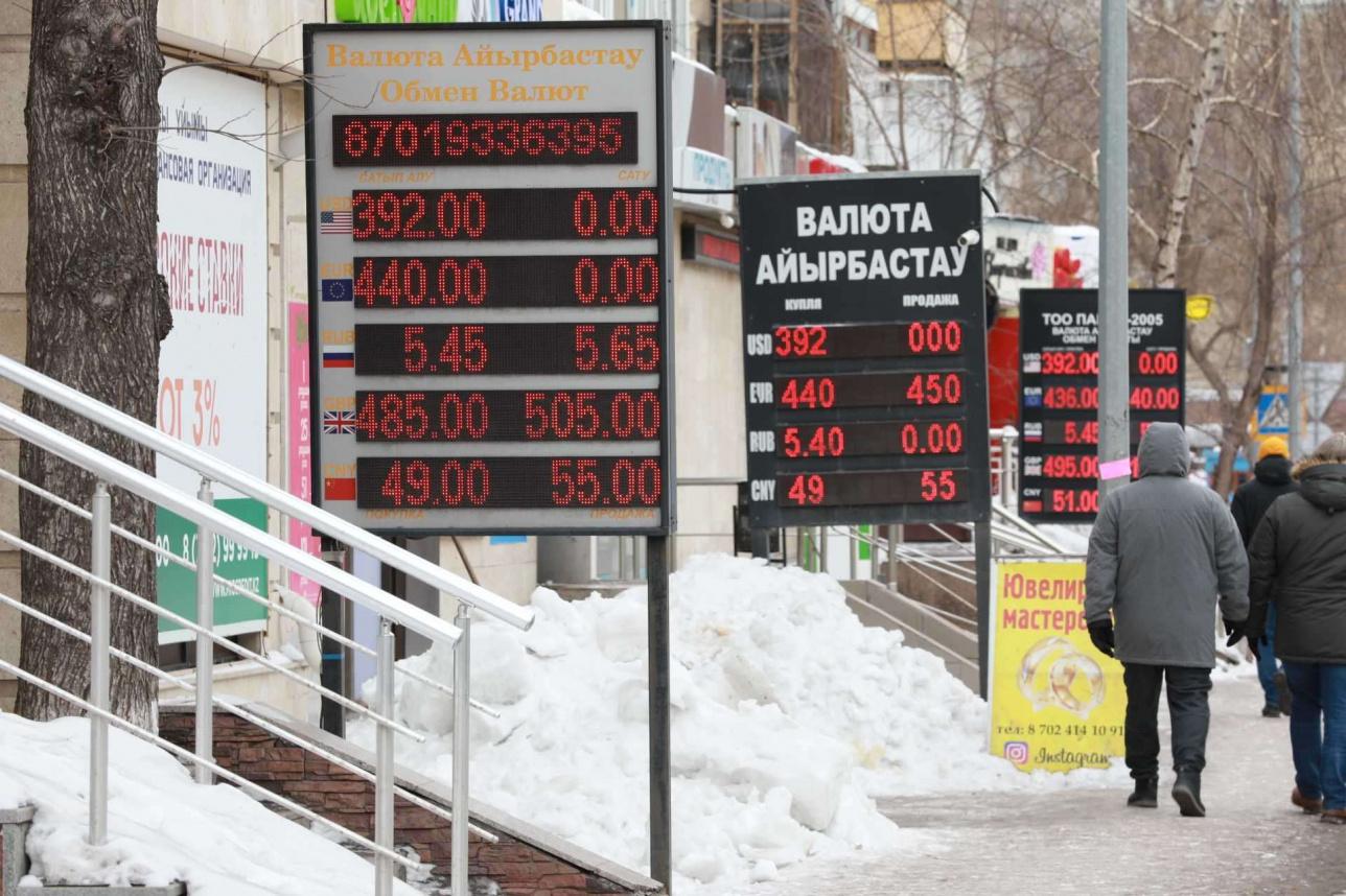Часть обменников ещё не определилась, по какой цене теперь продавать доллары
