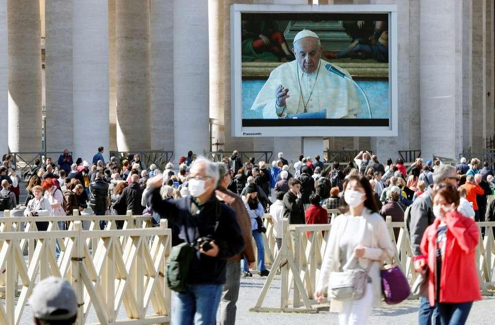 Воскресную молитву транслировали на больших экранах