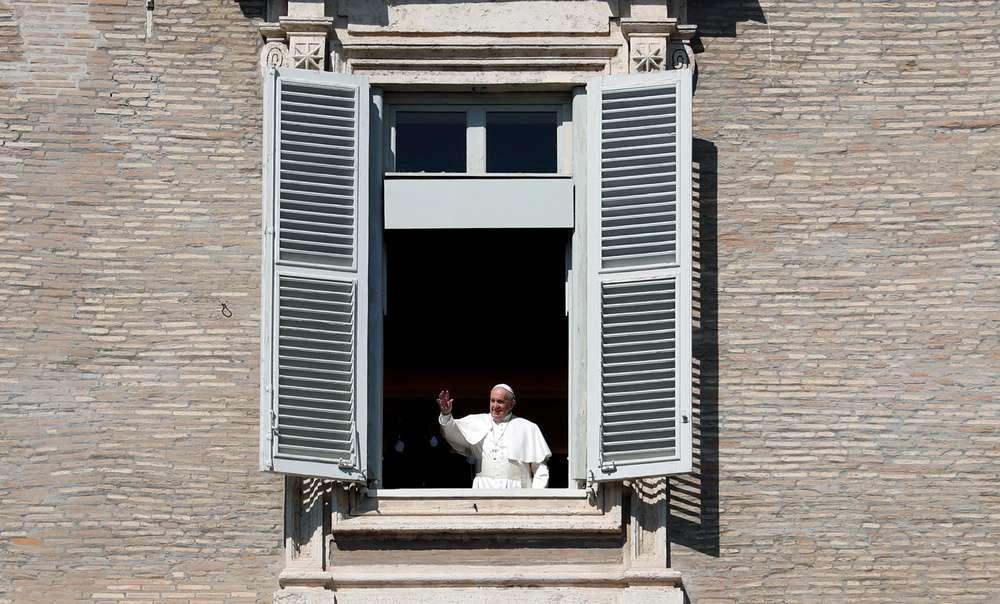 После проповеди папа римский всё же выглянул из окна и помахал собравшимся