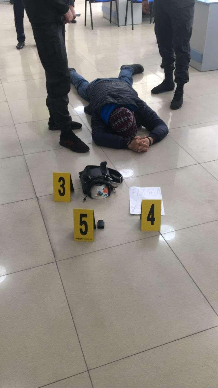 Грабитель угрожал сотрудникам банка муляжом взрывного устройства