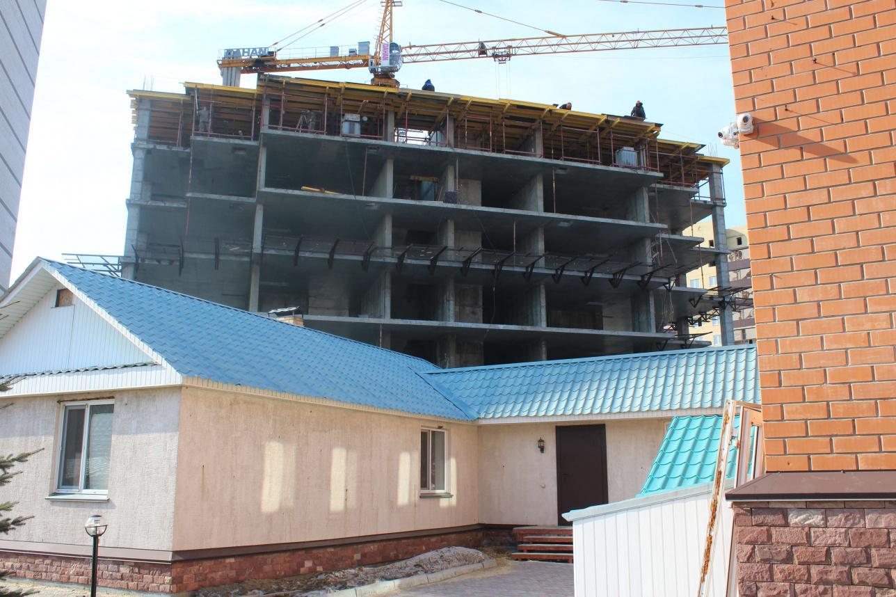 Участок семьи Семидоцких и будущую 18-этажку не разделяет даже забор