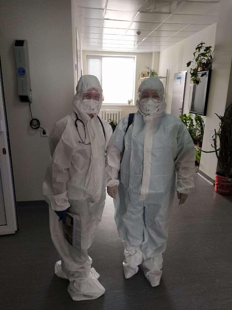 Вот так медики ходят в отделении, где находятся заразившиеся