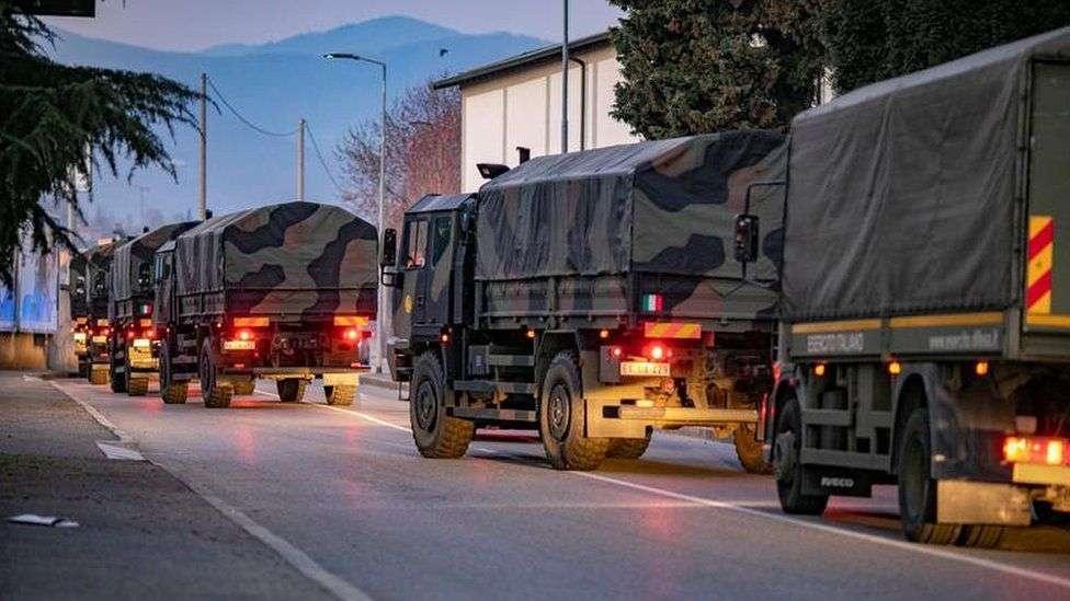 Военные Италии вывозят хоронить умерших из Бергамо