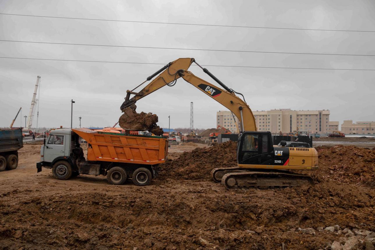 Экскаваторы готовят землю под фундамент
