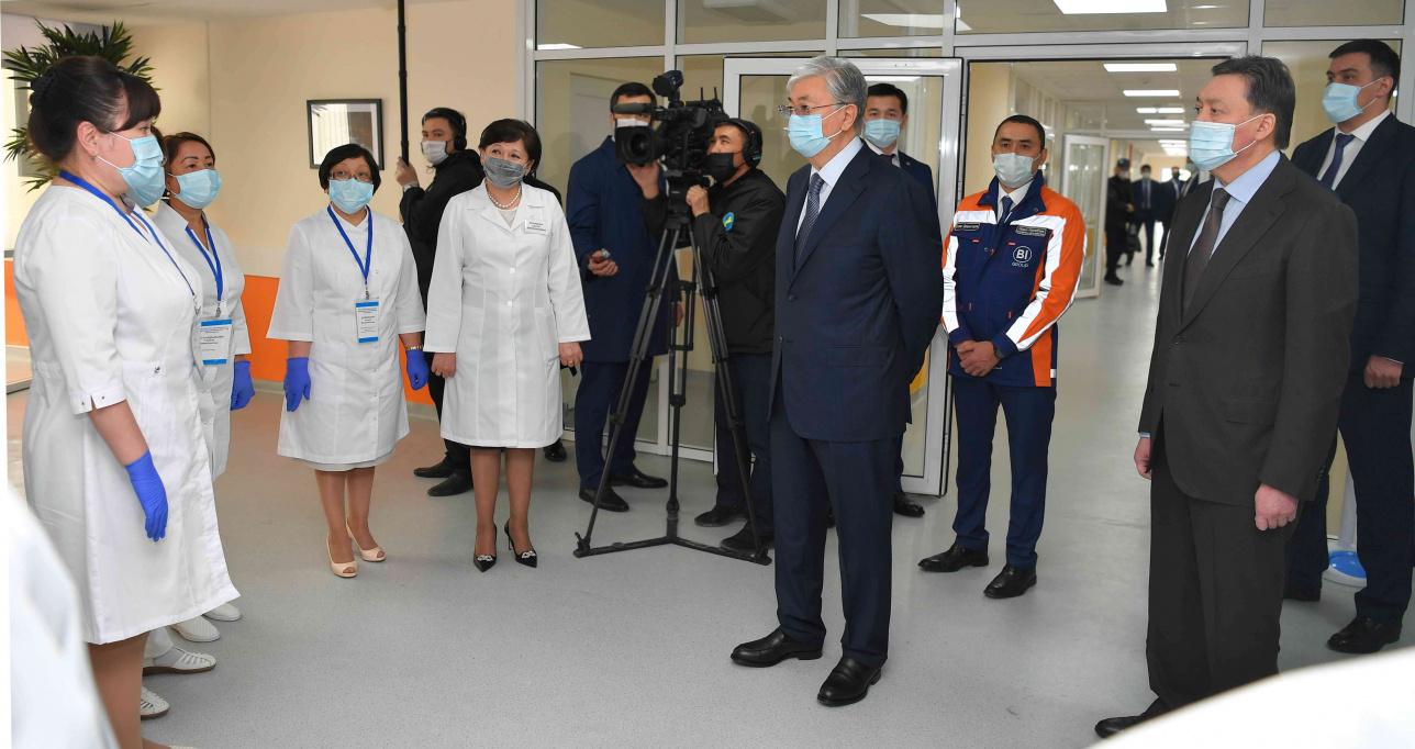 Персонал больницы беседует с президентом