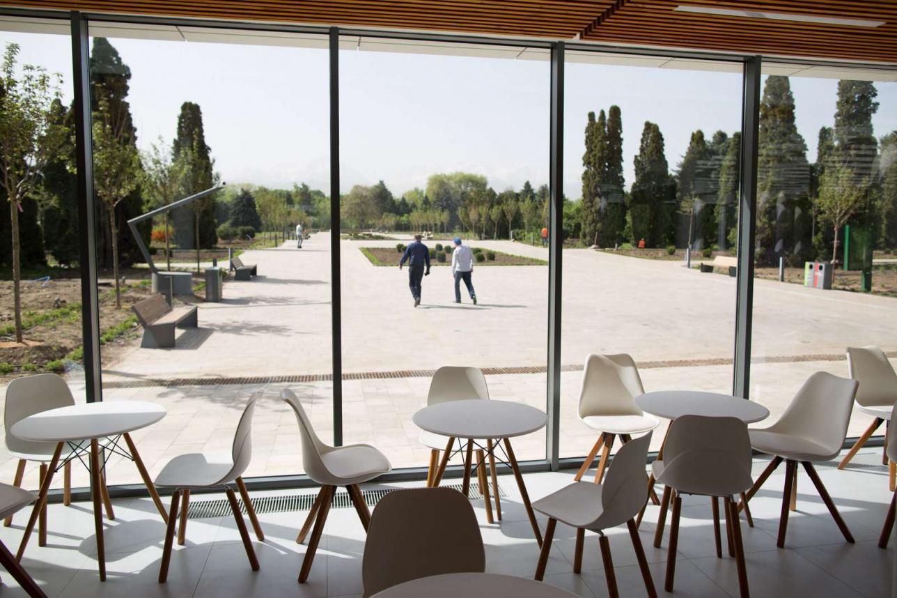 Территория кафетерия с удобной мебелью