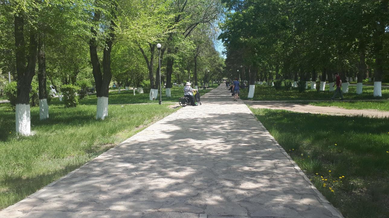 Несмотря на разрешение на прогулки, людей в парках и скверах мало из-за жары