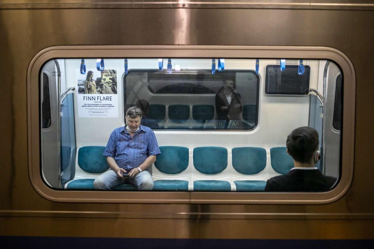 Пассажиры в метро Алматы