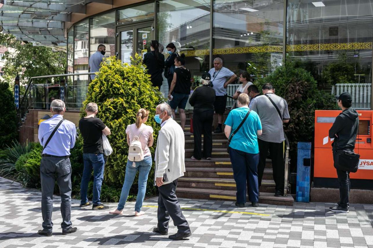 Очередь перед офисом Belline в Алматы