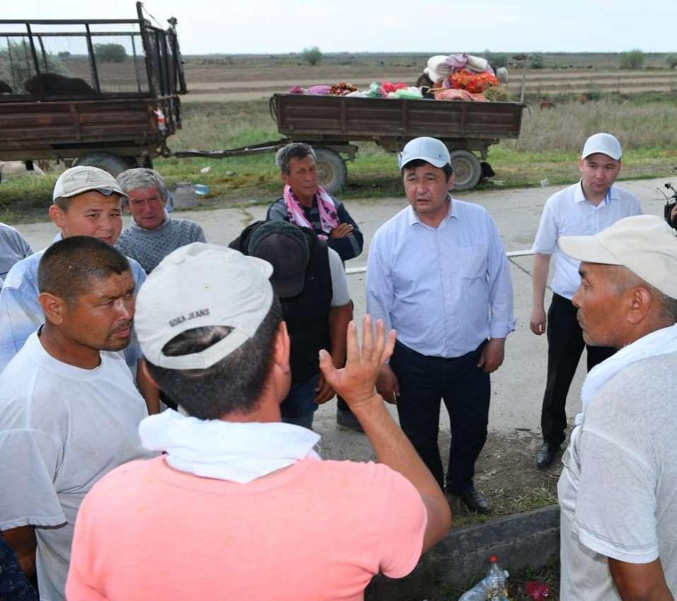 Мақтаарал ауданының әкімі Бақыт Асанов тұрғындарға уәде беріп тұр