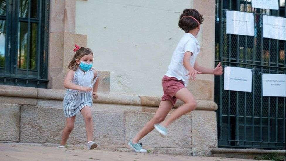 В Испании люди впервые за последние семь недель вышли гулять на улицу