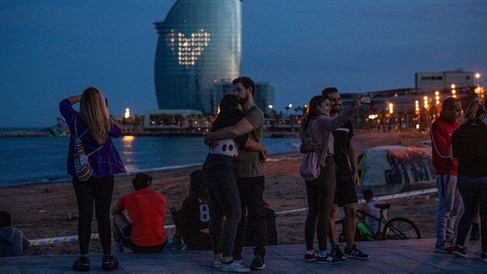 Улицы испанских городов вновь заполонили отдыхающие