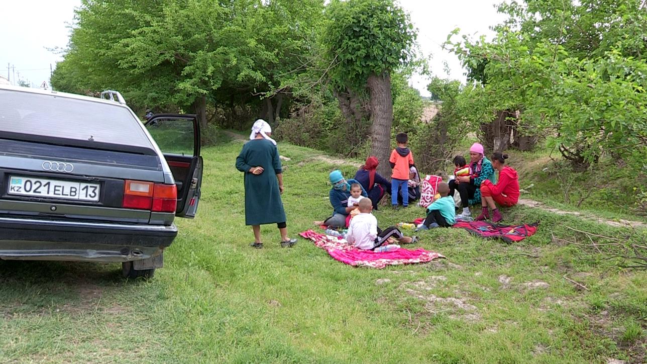 Дома оставили затопленные дома и ждали помощи прямо на улице