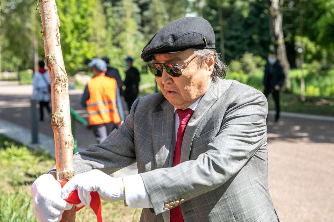 Олжас Сулейменов повязал ленту на своё дерево