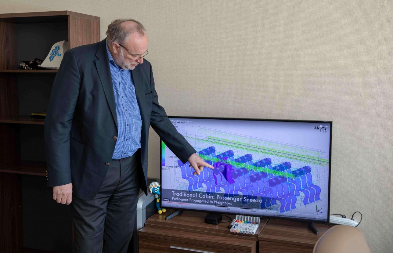 Питер Гриффитс показывает, как циркулирует воздух на борту и что происходит, когда человек чихает в самолёте
