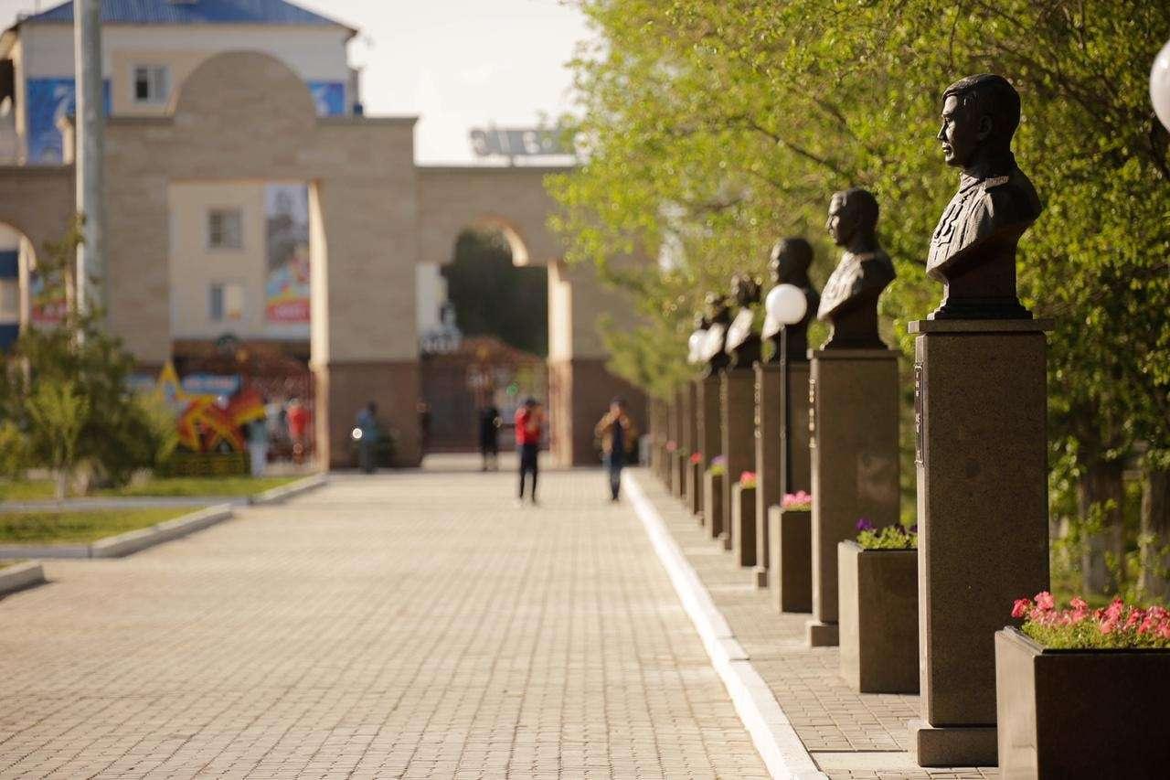 На аллее установили 14 бюстов героев Великой Отечественной войны