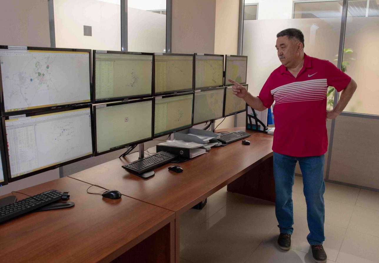 На этих экранах - информация о скорой помощи и санавиации по всем регионам, показывает глава центра Биржан Оспанов