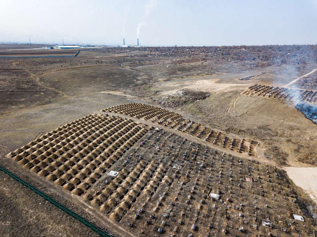 Туыстары жерлеген марқұмдардың бейіттері қоршалып, маңайына күтім жасалады
