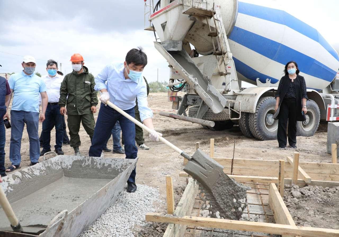 Бауыржан Байбек закладывает фундамент нового дома