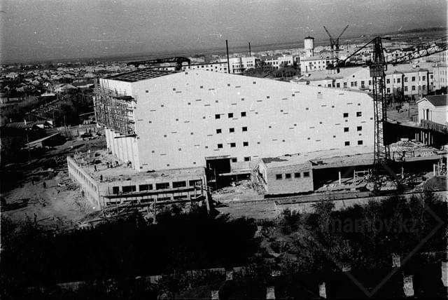 Фото строительства здания (ныне Конгресс-холл)