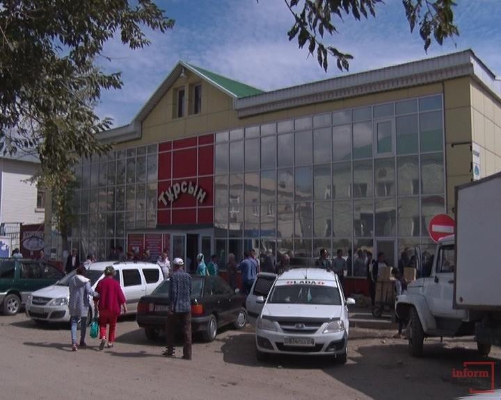 Во избежание ЧП полиции пришлось вывести из рынка всех посетителей.